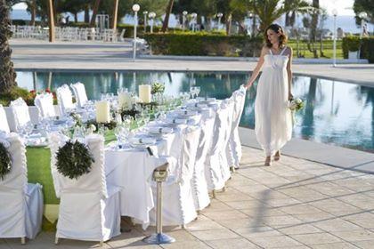 Δεξίωση γάμου σε κτήμα δίπλα στην πισίνα